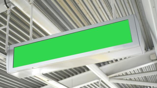 vídeos de stock, filmes e b-roll de outdoor eletrônico publicidade placa vazia tela verde trem estação painel - poster