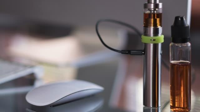 resepsiyon çalışma ofisinde üzerinde elektronik sigara - nikotin stok videoları ve detay görüntü çekimi