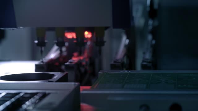 производство электронных печатных плат. автоматизированная машина circut board производит печатную цифровую электронную доску. производство э� - цп стоковые видео и кадры b-roll