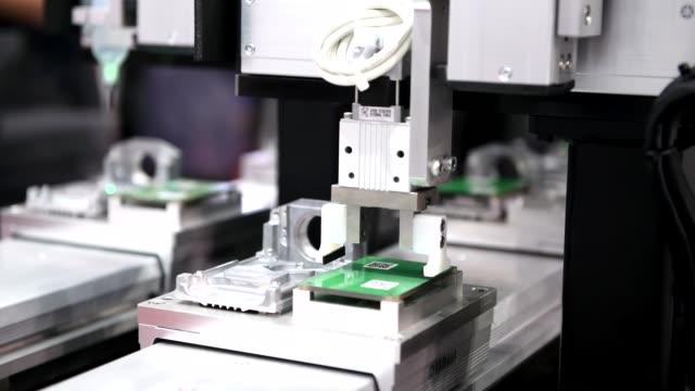 tillverkning av elektronik kretskort i maskiner industriella - elktronikindustri bildbanksvideor och videomaterial från bakom kulisserna