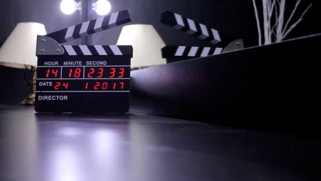 vidéos et rushes de électronique clapper conseil d'administration ou film ardoise - ardoise