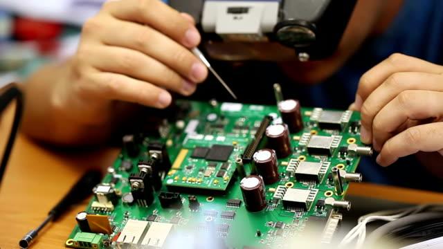 vídeos y material grabado en eventos de stock de ingenieros de reparación de circuitos electrónicos - electrónica