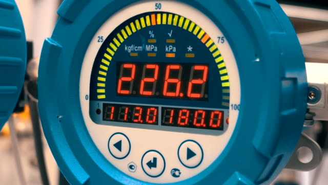 Electronic manometer measures the pressure in the equipment circuit video