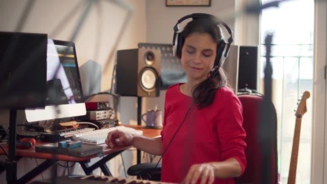 elektronisk musik kvinna - sångare artist bildbanksvideor och videomaterial från bakom kulisserna