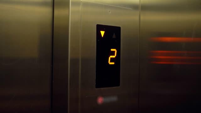 vidéos et rushes de écran électronique avec le numéro de l'étage et indications dans un ascenseur - abaisser