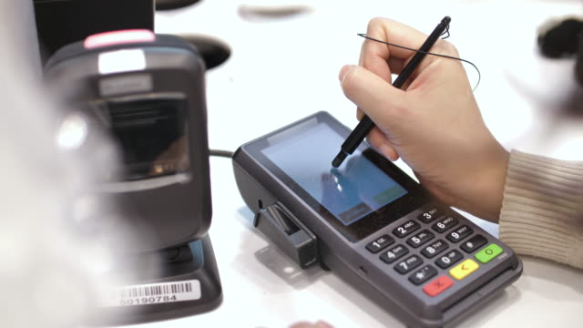 electronic signature on credit card reader for credit card purchase - firma video stock e b–roll