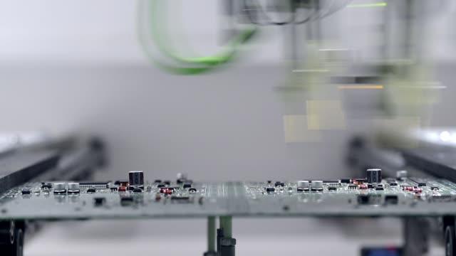 electronic testing of printed circuit board - scheda a circuito video stock e b–roll