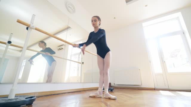 stockvideo's en b-roll-footage met elegantie en houding. - slank