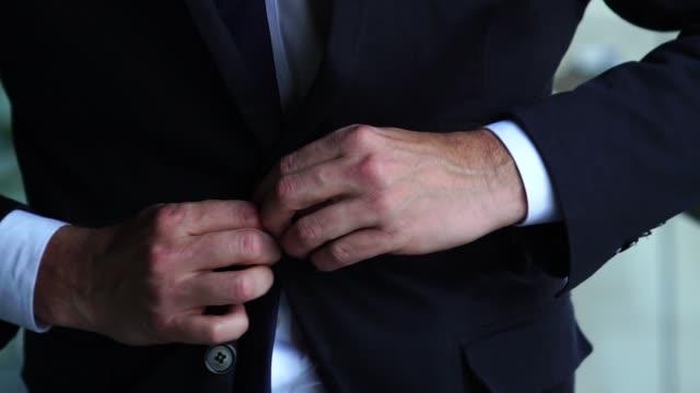 элегантность бизнесмен - жакет стоковые видео и кадры b-roll