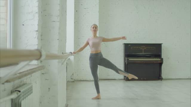 elegant ballerina repeterar i balett studio - balettstång bildbanksvideor och videomaterial från bakom kulisserna