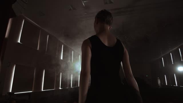 elegante balletttänzerin in schwarzem tutu im studio mit rauch. und hinterleuchtet. - ballettröckchen stock-videos und b-roll-filmmaterial