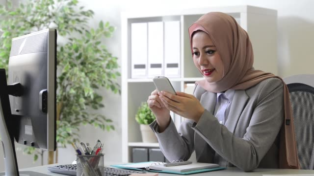 elegant beauty muslim woman texting message - etnia malese video stock e b–roll