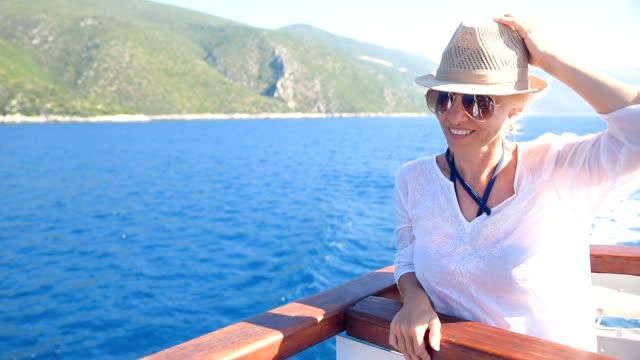 stockvideo's en b-roll-footage met elegante blonde vrouw op cruiseschip genieten van zon en wind. - cruise