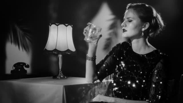 elegant blond kvinna vackert tittar in i kameran - 1900 talet bildbanksvideor och videomaterial från bakom kulisserna