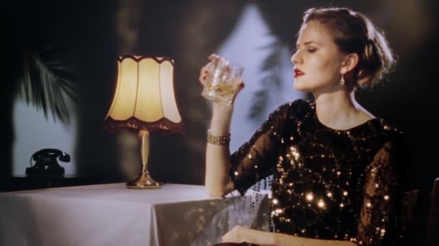 vídeos y material grabado en eventos de stock de mujer rubia elegante dando una mirada encantadora en la cámara - moda parisina