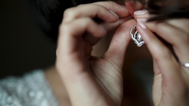 vidéos et rushes de mariée élégante portent de belles boucles d'oreilles - joaillerie