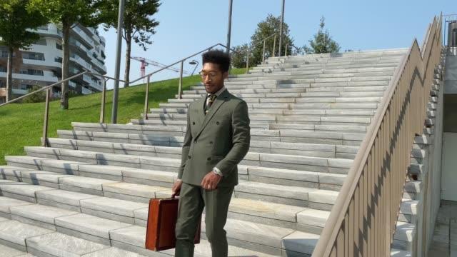 階下に行くエレガントなビジネスマン。 - スタイリッシュ点の映像素材/bロール