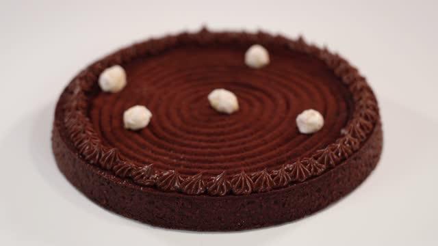 vídeos de stock e filmes b-roll de elegant chocolate cake with tasty whipped cream on top - bolo rainha