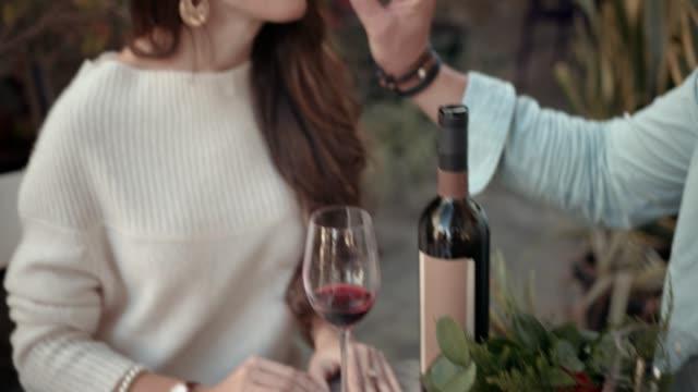 ワイン、チョコレート、バラの記念日を祝う優雅なカップル - バレンタイン チョコ点の映像素材/bロール