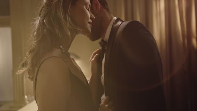 stockvideo's en b-roll-footage met elegant paar dat een romantisch ogenblik deelt - formele kleding