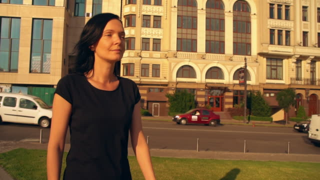 vídeos de stock, filmes e b-roll de senhora elegante vestindo preto tem uma caminhada matinal - camiseta preta