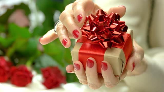 elegant little gift box in female hands. - nastro per capelli video stock e b–roll