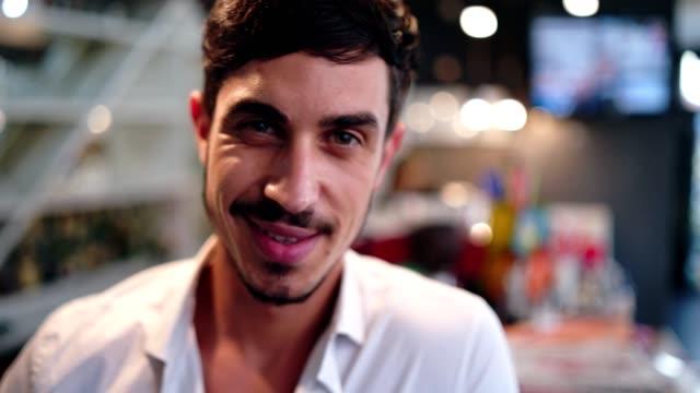 stockvideo's en b-roll-footage met elegante man in de bar - men blazer