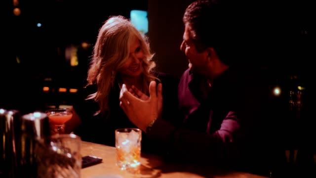 vidéos et rushes de élégant couple senior s'amuser et boire au bar de luxe - soirées habillées