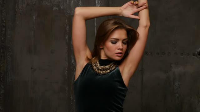elegante professionelle model posiert im studio - schmuck stock-videos und b-roll-filmmaterial