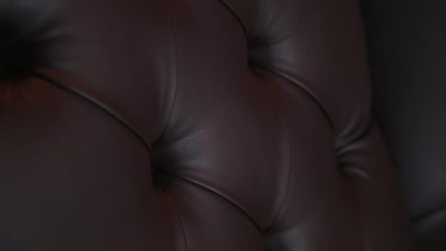 stockvideo's en b-roll-footage met elegante verzadigde glanzende gouden leder texture van bankstoel, bruinleren achtergrond - dierenhuid huid