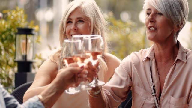 eleganta senior vänner rosta och njuter av glas vin tillsammans - fransk kultur bildbanksvideor och videomaterial från bakom kulisserna