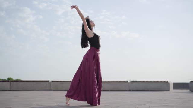 街の広場でクラシックバレエを踊るエレガントなスリムなバレリーナ。屋外で夏の日を楽しむ魅力的な白人女性の広いショットの肖像画。プロフェッショナルなパフォーマンス、スタイル、� - バレエ点の映像素材/bロール