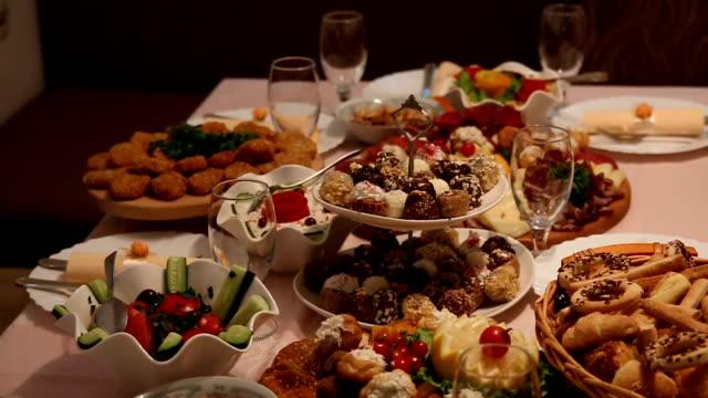 エレガントなウェディングの食事 - テーブル 無人のビデオ点の映像素材/bロール