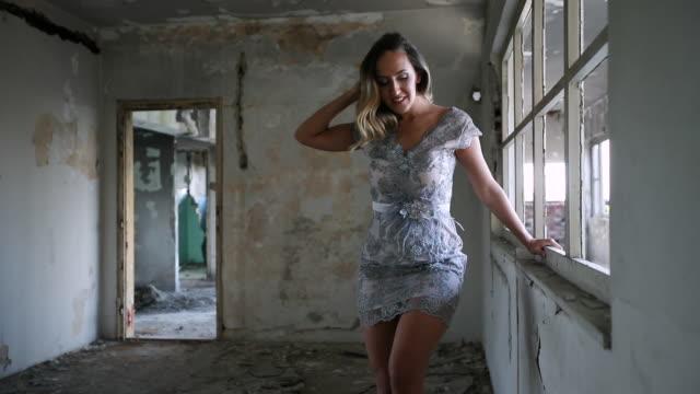 Elegante Frau in Kleid in verlassenen Gebäude – Video