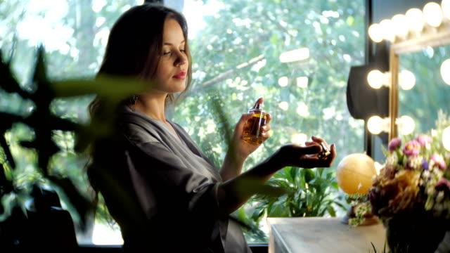 エレガントな女性の香水と自分の噴霧 - 芳香点の映像素材/bロール