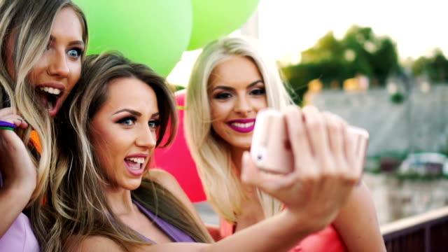 elegant women taking selfie - dobrze ubrany filmów i materiałów b-roll
