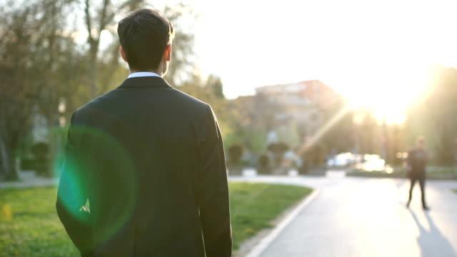 Elegante junge Mann zu Fuß – Video