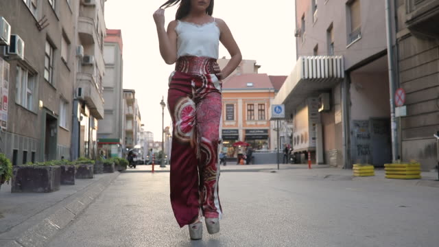 stockvideo's en b-roll-footage met elegante jonge vrouw in de stad - street style