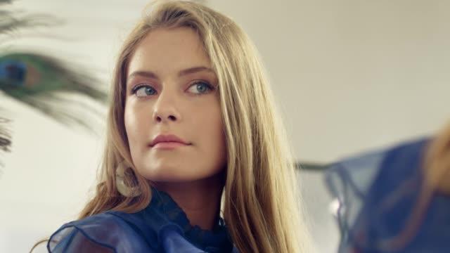 vidéos et rushes de jeune femme élégant se préparant pour une partie - soirées habillées