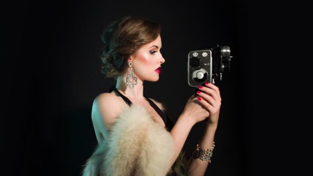 古い映画用カメラを持つ上品女性 ビデオ