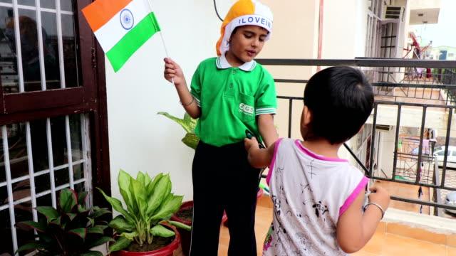 Elementaire leeftijd schattig kind Flying Flag thuis video