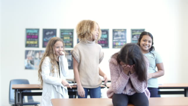 vídeos y material grabado en eventos de stock de niña de edad primaria siendo acosada por compañeros de clase - escuela media