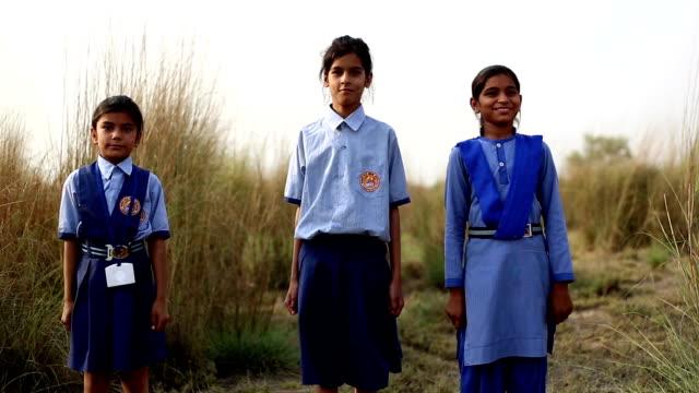 小学校低学年の学校の子供たちの肖像画の屋外 - 制服点の映像素材/bロール