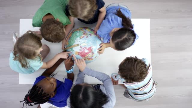 studenti elementari di prima elementare che imparano la geografia - geografia fisica video stock e b–roll