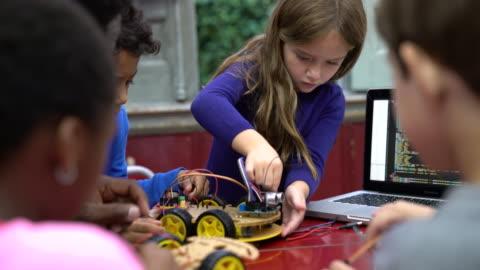 vídeos y material grabado en eventos de stock de primaria a los niños practicar proyecto de ciencia escolar - construir
