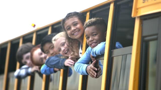 児童は、バス窓を振って外を見て - スクールバス点の映像素材/bロール