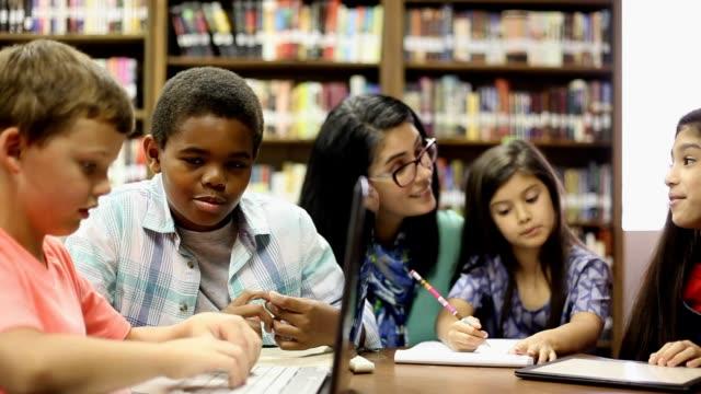 図書館の学生と小学校のカウンセラー。 ビデオ