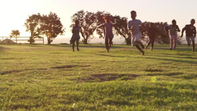 小学生サッカーのフィールドで遊んで - アフリカ民族点の映像素材/bロール