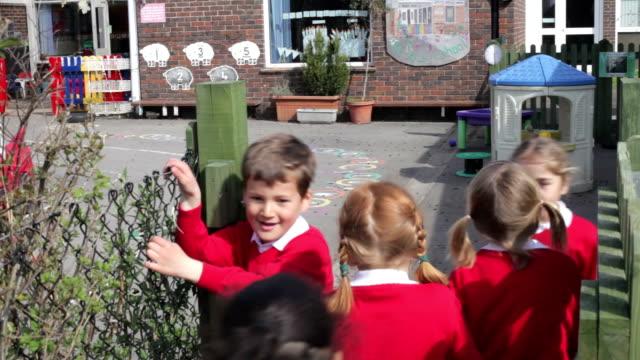 小学校 Pupils ランニングのプレイグラウンド ビデオ