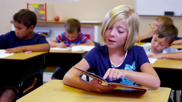 Grundschule Schüler lesen buchen – Video